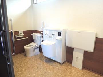 多目的トイレ(オムツ台完備)
